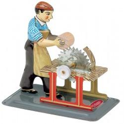Rundsav betjenes af arbejder, figurmodel til dampmaskine. M 73.